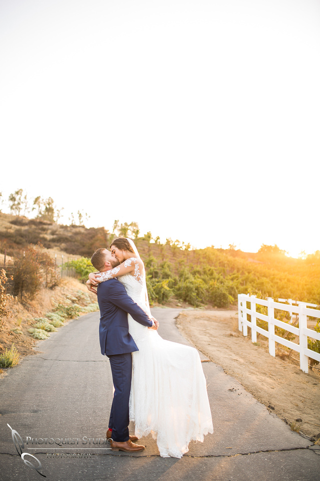 Kissing at sunset, Photographer in Temecula Winery