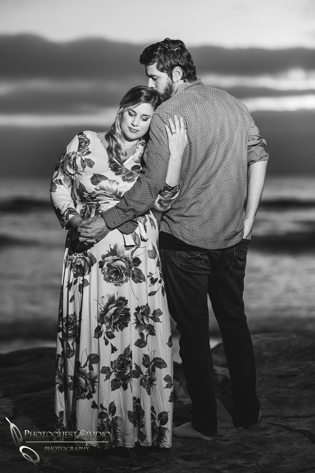 Maternity-Photo-in-black-and-white-by-Temecula-Wedding-Photographer